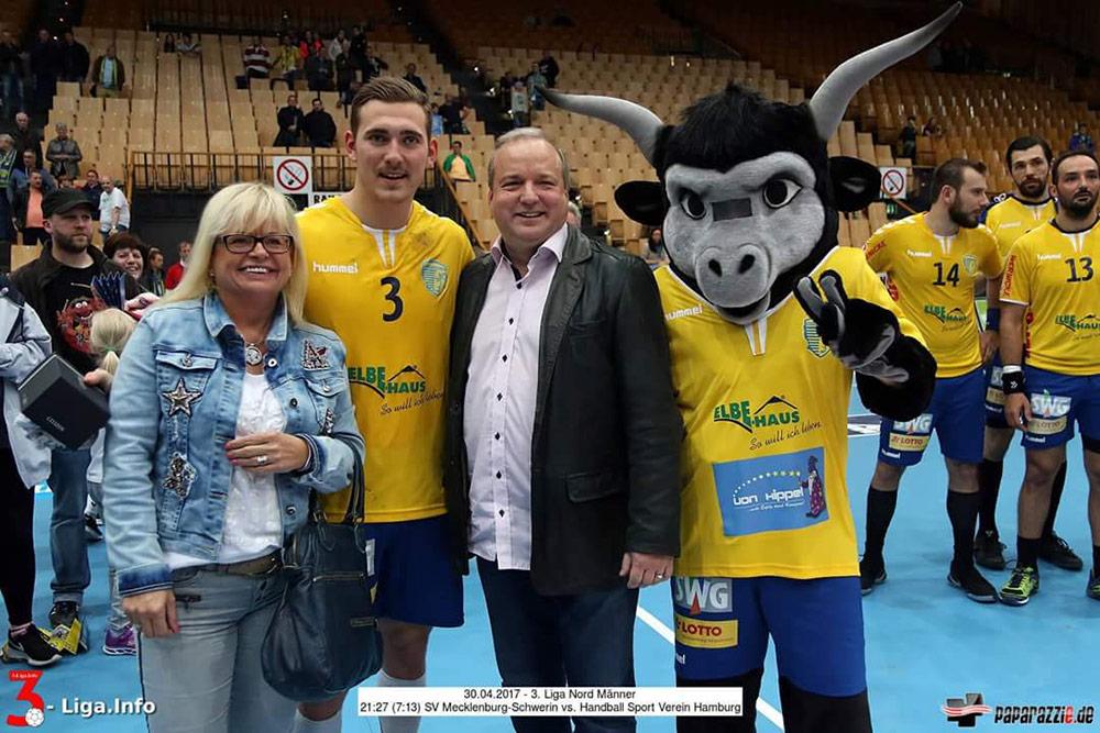 Maren und Jörg Gebert mit dem Spieler der Saison Mathias Mark Pedersen.